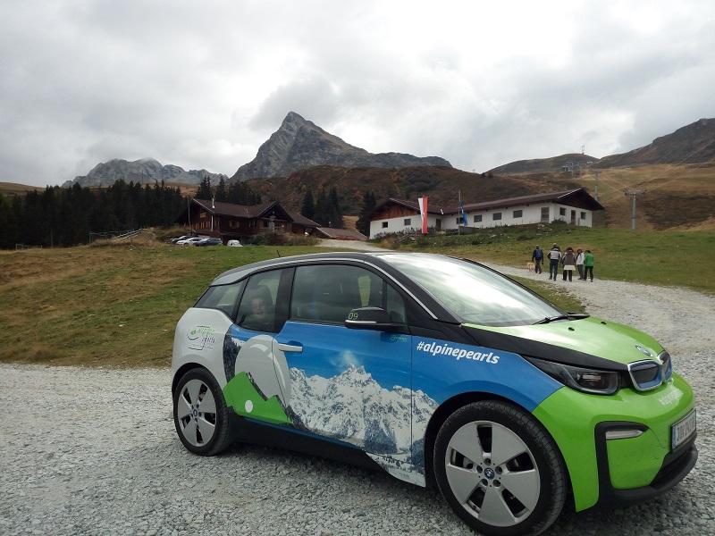 Un'immagine di auto elettrica nelle Alpi