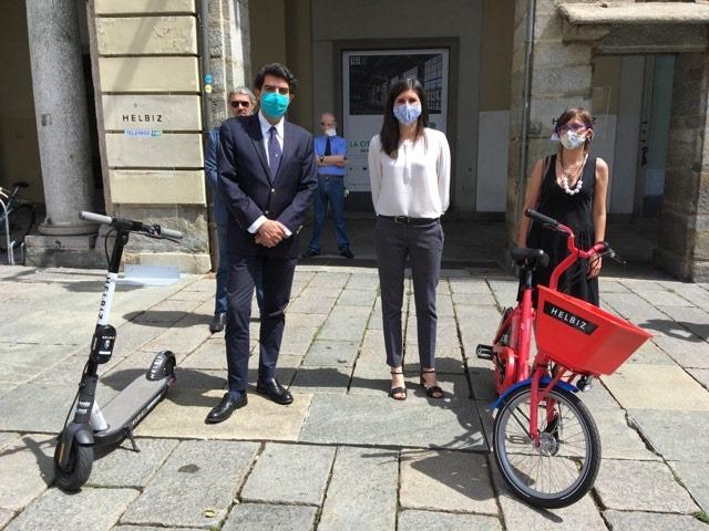 La sindaca di Torino, Chiara Appendino (al centro), alla presentazione di un nuovo servizio di e-bike e monopattini.