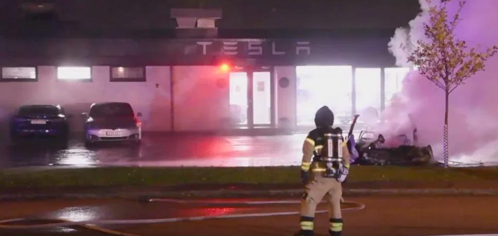 distrutte sette Tesla