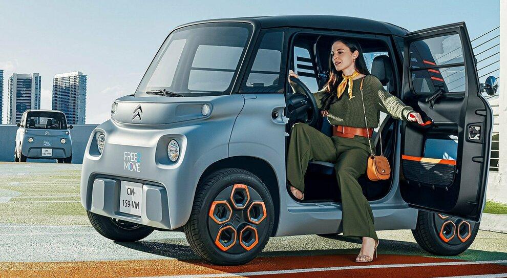 giovani e donne auto elettrica