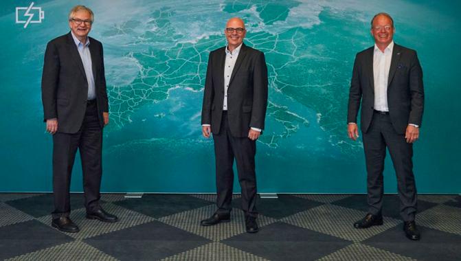 I CEO di Daimler Trucks, Traton e Volvo Trucks posano dopo la firma dell'accordo.
