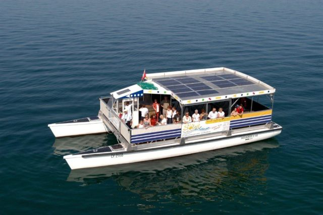Turisti a bordo del traghetto elettrico