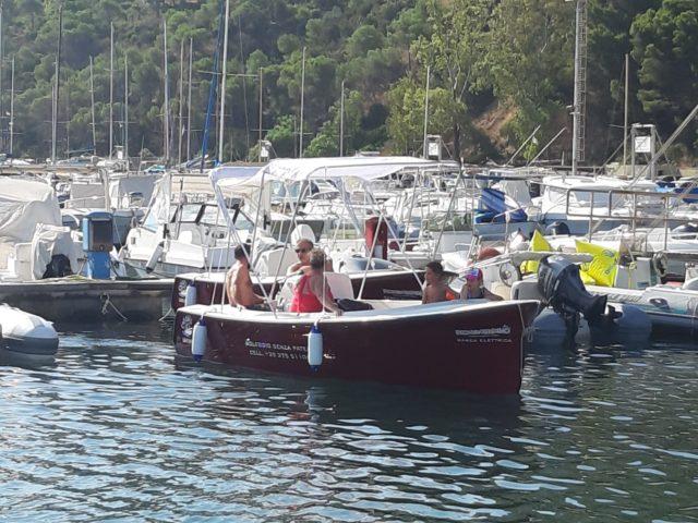La barca lascia il porto