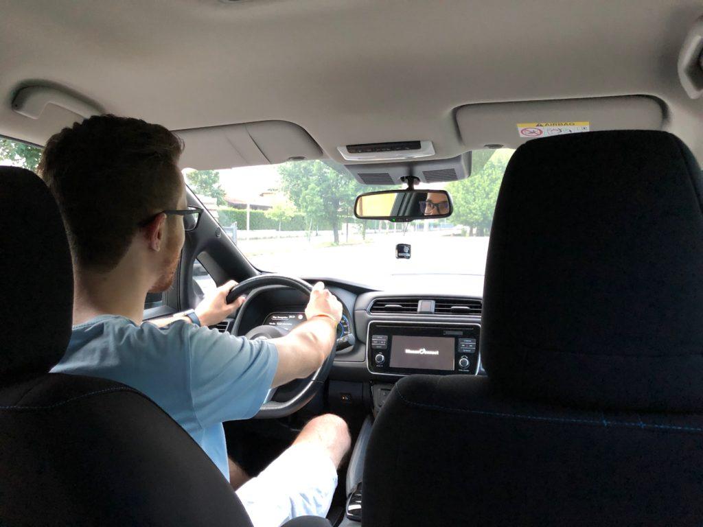 Al volante della Nissan Leaf