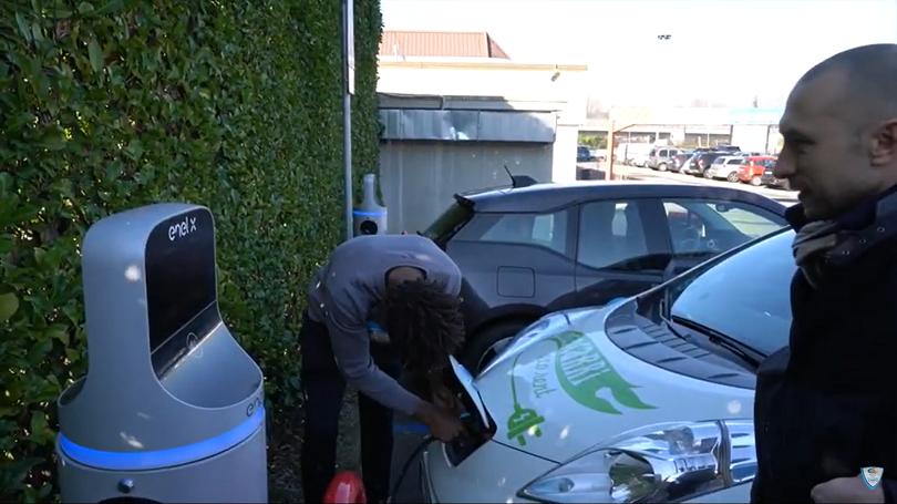 La ricarica dell'auto elettrica in dotazione agli atleti di Pallacanestro Cantù