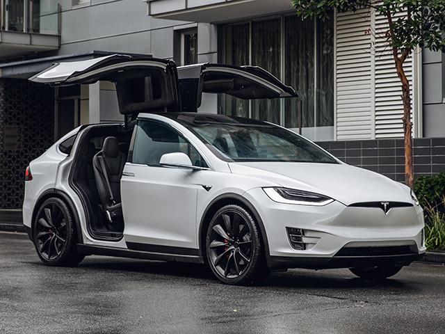 Tesla richiama