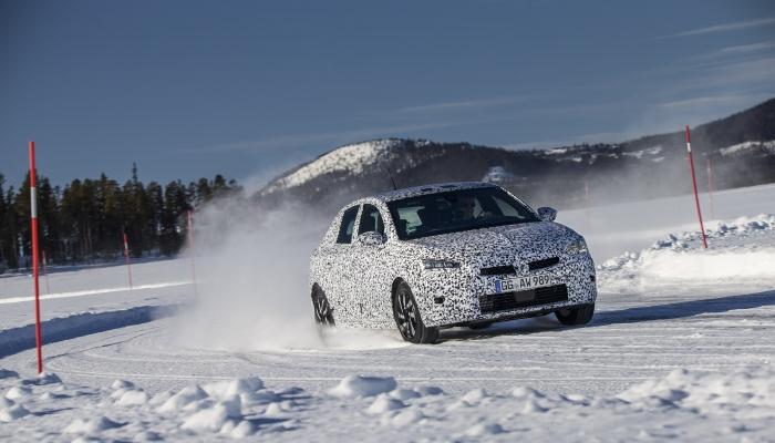 L'Opel Corsa-e ancora camuffata.