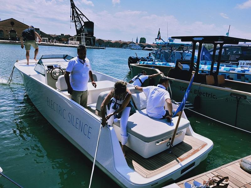 Pieno di passeggeri per la barca di Q-Yachts