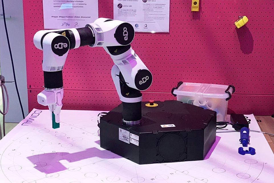 Un robot Comau al lavoro