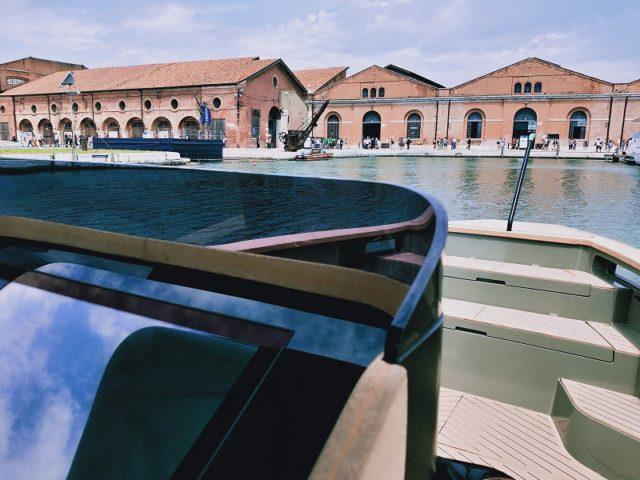L'Arsenale visto da una barca elettrica