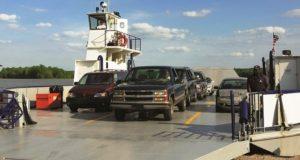 Le auto sul traghetto elettrico