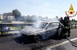 Auto in fiamme sull'A1.