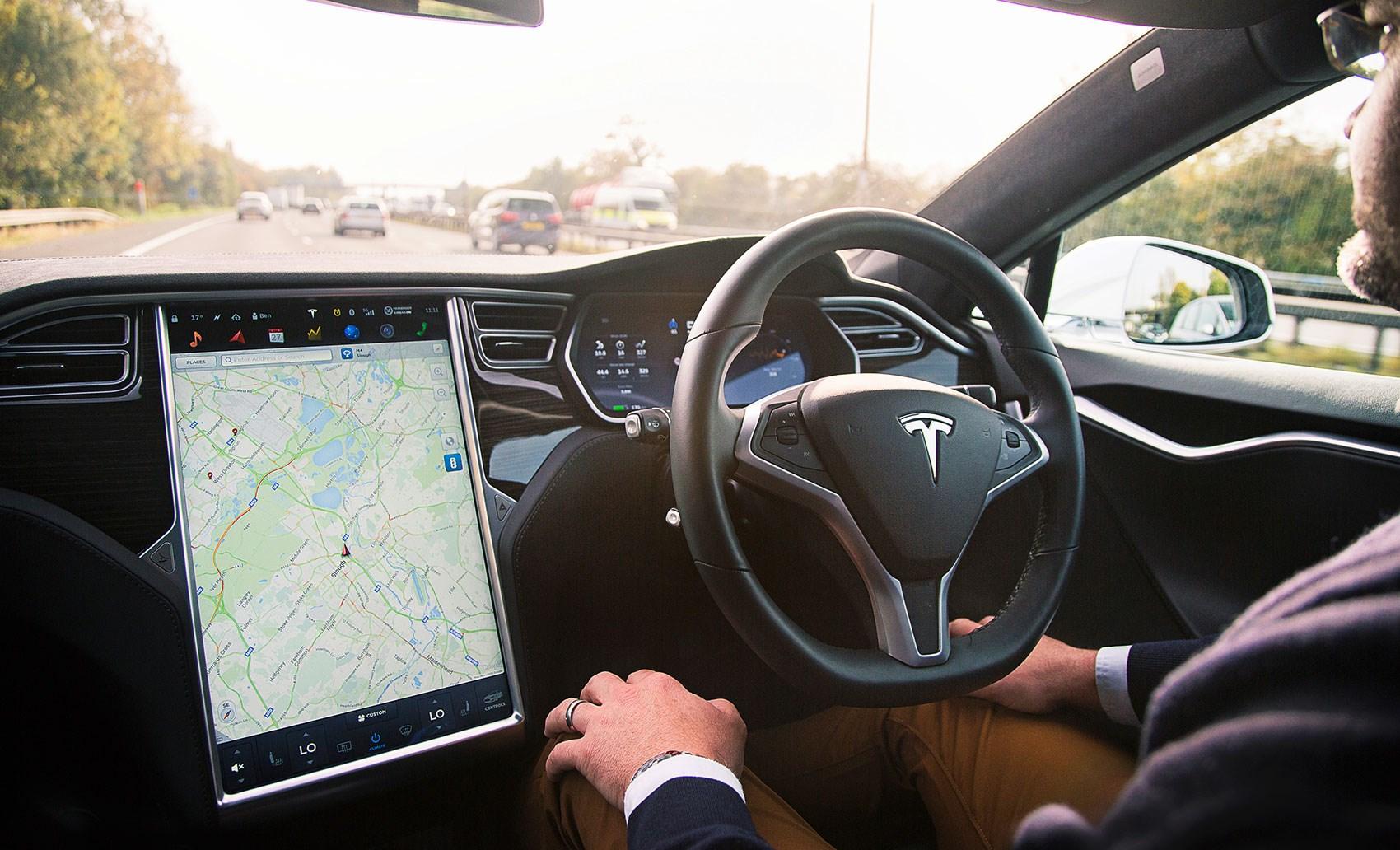 Tesla chiude il trimestre con una perdita di 702 milioni dollari