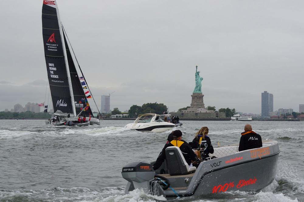 La barca appoggio di sostegno al team di Greta