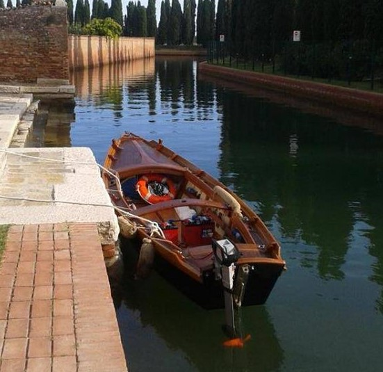 la barca tradizionale ormeggiata a Venezia