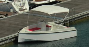 barca-elettrica lago d'iseo ormeggiata
