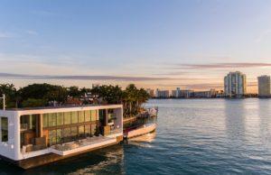 Sullo sfondo Miami