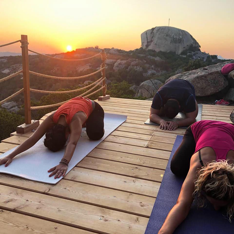 gli esercizi con lo yoga