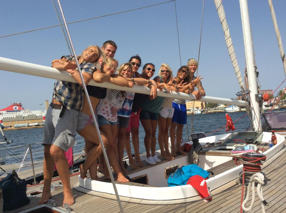Gruppo di turisti in barca