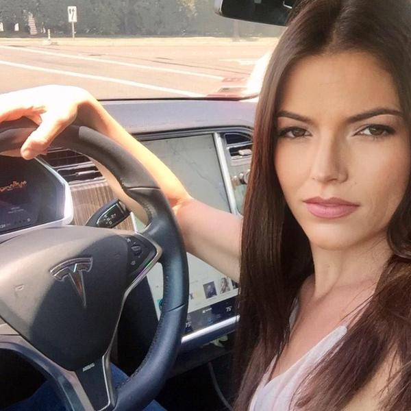 Mamma Tesla al volante.