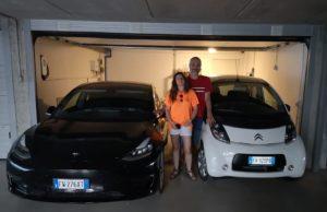 Alessandro e Laura davanti alle due auto elettriche