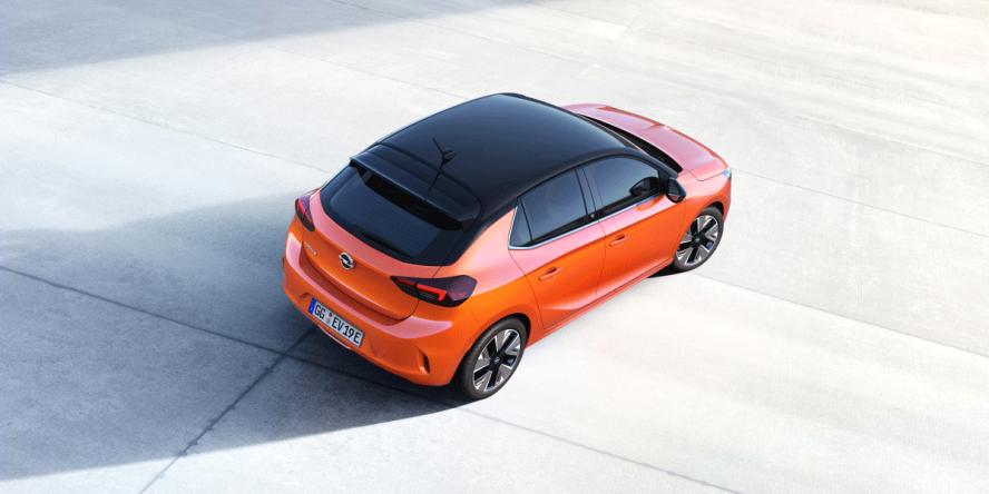 L'Opel Corsa-e vista da dietro