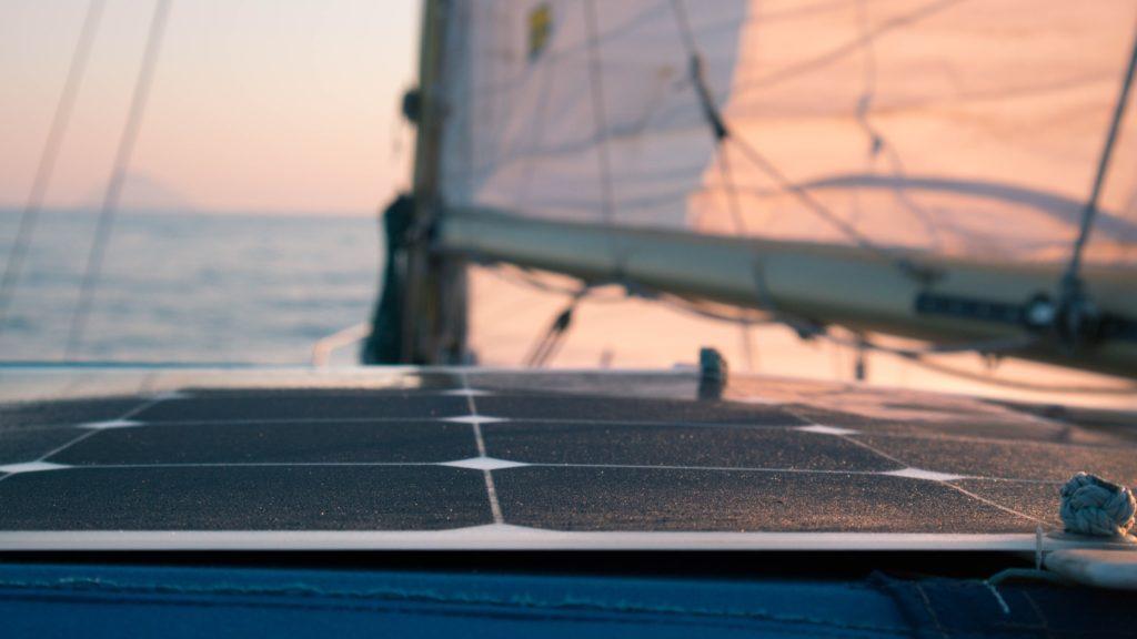 su barca a vela