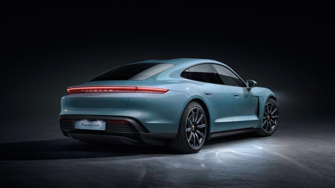 il retro della Porsche elettrica